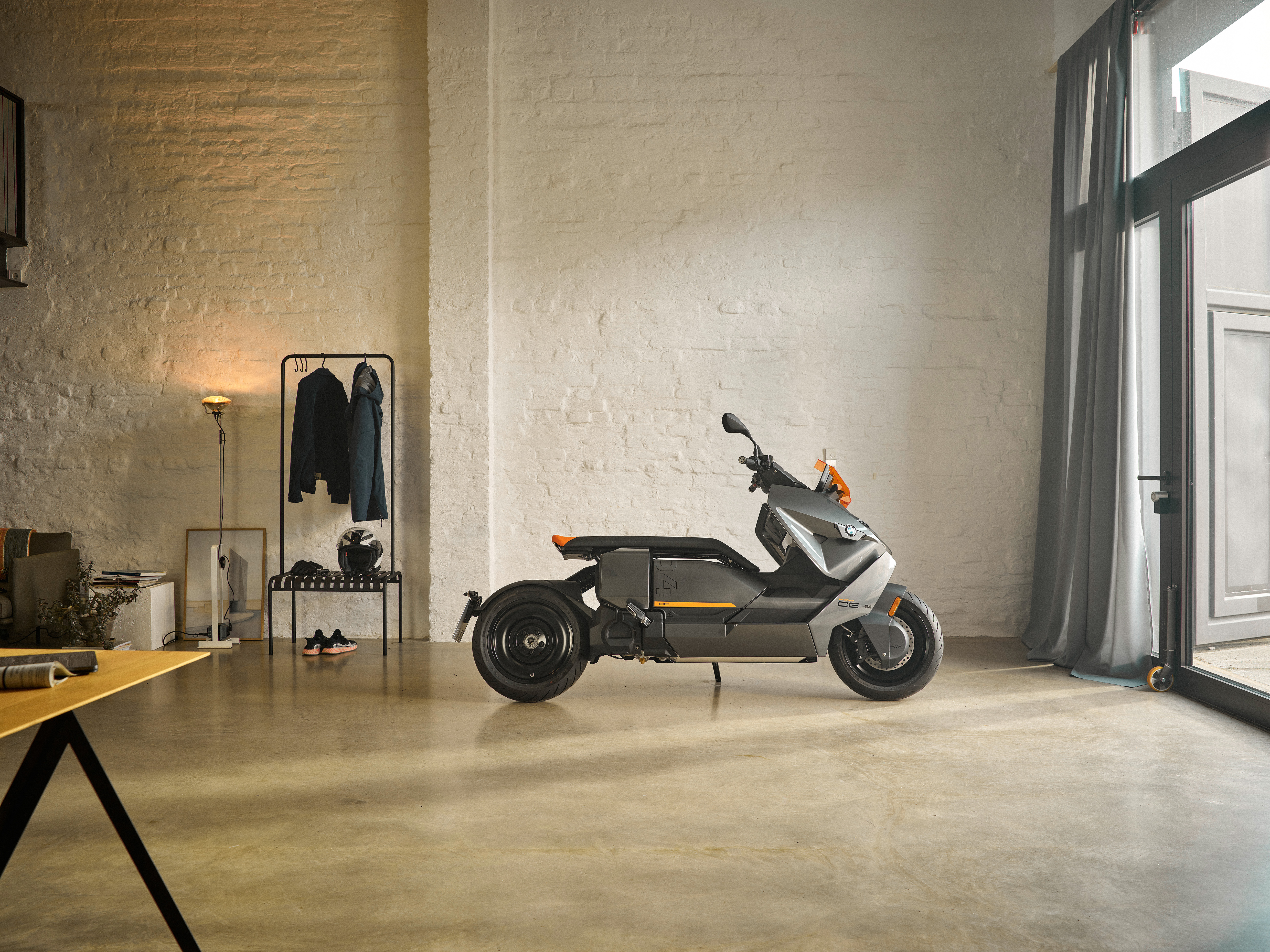 P90428691_highRes_the-new-bmw-ce-04-th