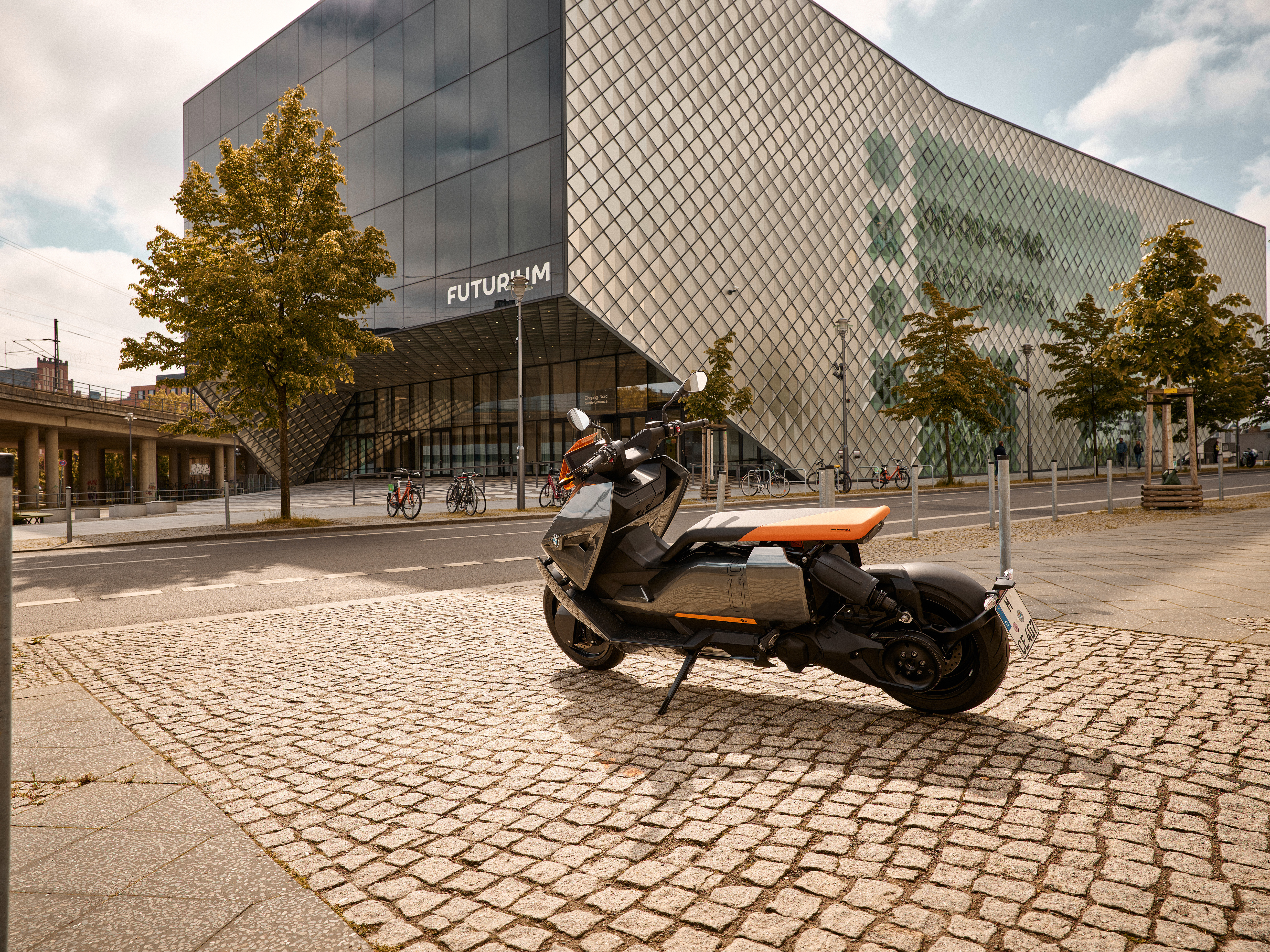P90428711_highRes_the-new-bmw-ce-04-th