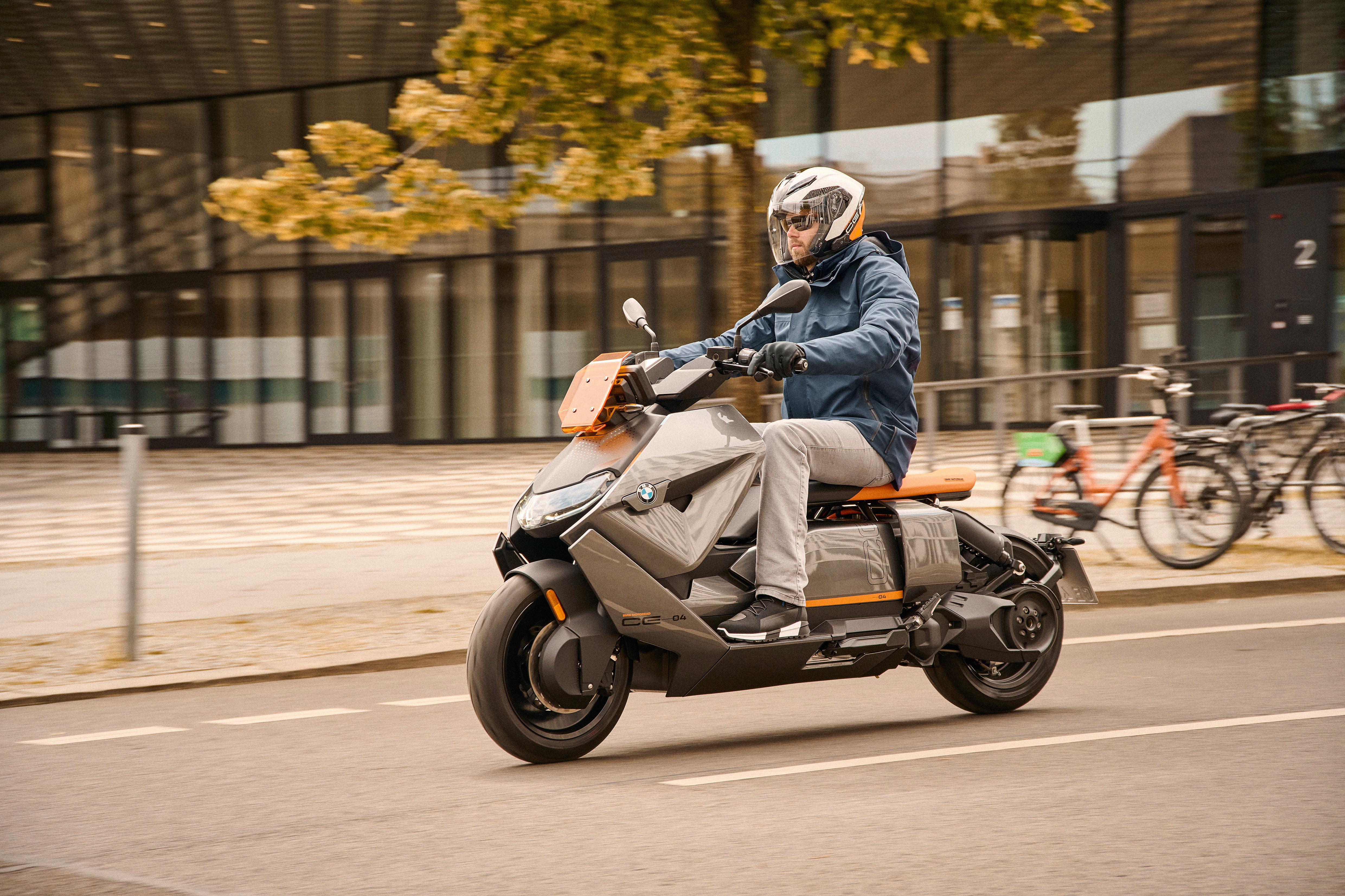 P90428713_highRes_the-new-bmw-ce-04-th