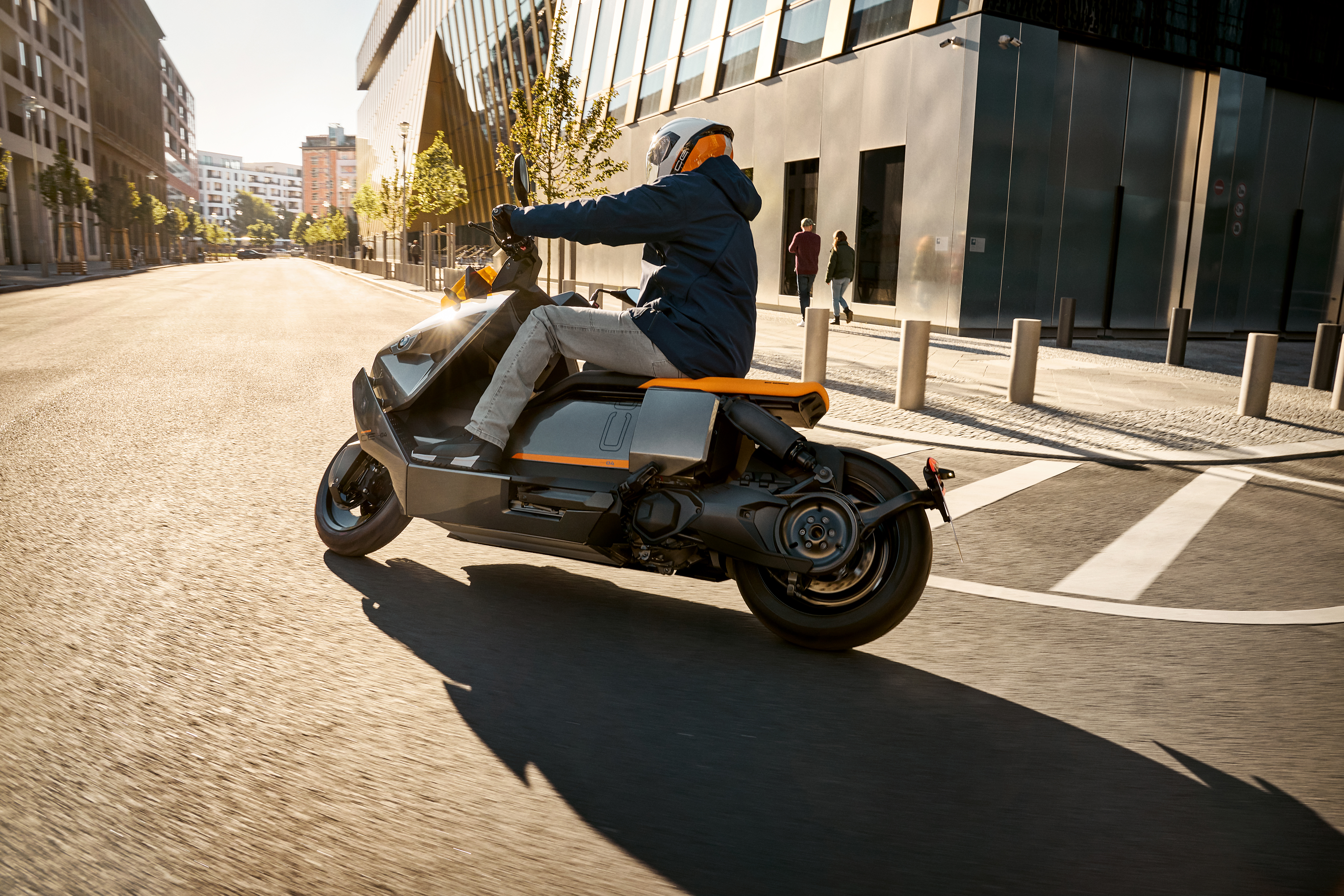 P90428723_highRes_the-new-bmw-ce-04-th
