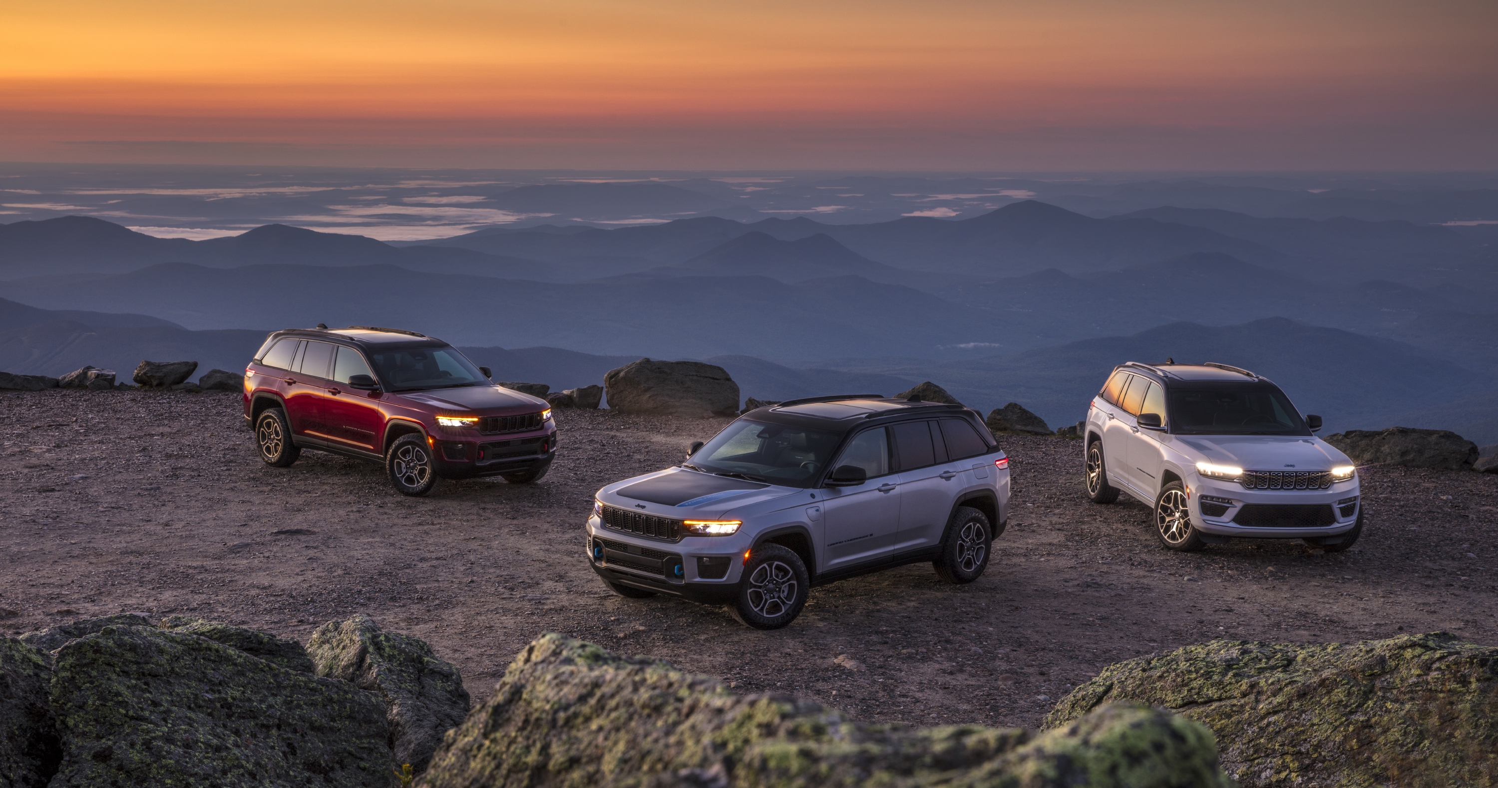 (Left to right) All-new 2022 Jeep® Grand Cherokee Trailhawk, 202